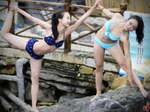 15 cô gái mặc bikini tập yoga ngoài trời lạnh 9 độ C