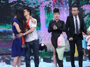 Phi Thanh Vân hôn chồng thắm thiết trên sân khấu