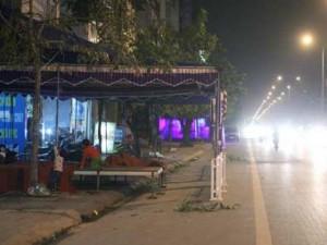 Tin tức trong ngày - Ảnh: Dựng rạp đám cưới, biến đường thành... sân ở HN