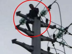 Bạn trẻ - Cuộc sống - Dại dột trèo lên cột điện sau khi cãi nhau với bạn gái