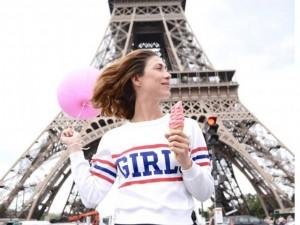 Tình yêu - Giới tính - Cô gái mang theo quả bóng hồng du lịch khắp Paris