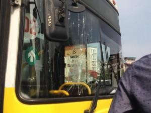 Tin tức trong ngày - Hà Nội: Nam thanh niên chặn đầu, đập vỡ kính xe buýt