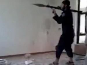 Thế giới - Video quân IS bắn trượt, tự lãnh đạn của mình