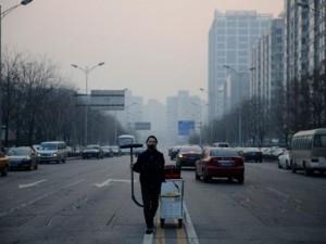 Thế giới - TQ: Nghệ sĩ hút bụi trên không trung đóng thành gạch