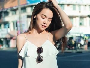 Thời trang - Hồ Ngọc Hà gợi cảm với áo 2 dây trên phố