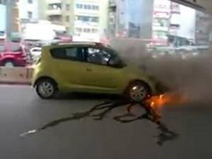 HN: Hai người đàn ông lao mình thoát khỏi ô tô bốc cháy