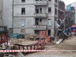 Tin tức trong ngày - Rơi thang tải vật liệu xây dựng, 3 người thương vong