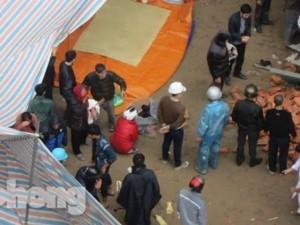 Tin tức trong ngày - Người nhà khóc ngất bên thi thể nạn nhân vụ rơi vận thăng