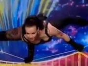Thể thao - Thót tim nữ vũ công nhào lộn điêu luyện trên dây
