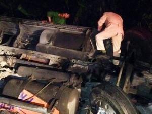 Tai nạn giao thông - Xe đầu kéo lật ngửa trên đèo Lò Xo, 2 người thương vong