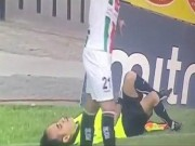 Bóng đá - Học Rivaldo ăn vạ, trọng tài biên khiến cầu thủ bị đuổi