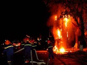 Tin tức trong ngày - Clip: Cột điện cháy dữ dội kèm tiếng nổ trong đêm