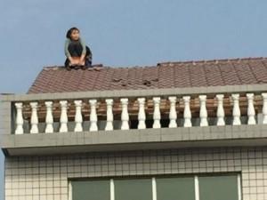 Bạn trẻ - Cuộc sống - Cãi nhau với chồng, vợ leo lên mái nhà dỡ ngói ném xuống