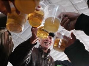 Tin tức trong ngày - Người HN đổ xô đi uống bia miễn phí giữa ngày giá rét