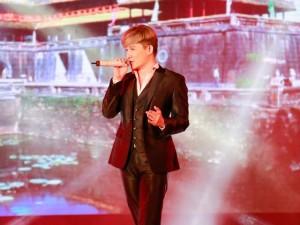 Nathan Lee gây ấn tượng với khả năng hát song ngữ