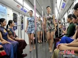 Bạn trẻ - Cuộc sống - Nữ sinh diễn catwalk trên tàu điện ngầm gây xôn xao