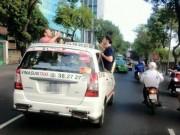 Tin tức trong ngày - 3 ông Tây nhậu trên… nóc taxi gây náo động Sài Gòn