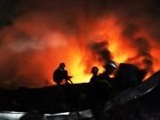 Video An ninh - TP.HCM: Biển lửa thiêu rụi công ty sản xuất mũ bảo hiểm