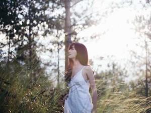 Bích Phương đẹp u buồn trong rừng sâu