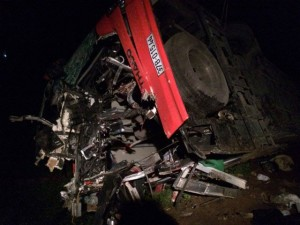 Tin tức Việt Nam - Xe khách tông xe tải trên cao tốc Pháp Vân: Do sương mù?