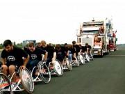 Thể thao - Kỷ lục dị: Ngồi xe lăn kéo xe tải 50 tấn