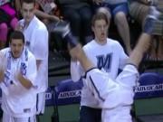 Thể thao - Khôi hài bóng rổ: Nổi như cồn nhờ ăn mừng kỳ dị