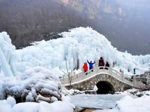 Đẹp mê hồn cảnh thác nước đóng băng ở Trung Quốc