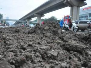Tin tức trong ngày - HN: Bùn đất thải kéo dài hàng km trên đường Nguyễn Trãi