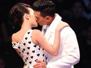 Thời trang - Angela Phương Trinh hôn mẫu nam trên sân khấu