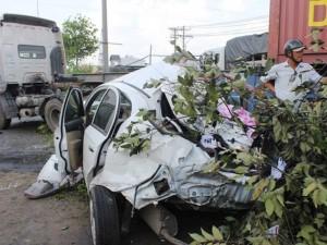 Tai nạn giao thông - TP.HCM: Hai cha con thoát chết trong chiếc ô tô bẹp dúm