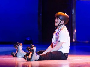 Nam vũ công gây sốt khi nhảy trên giày trượt patin