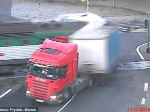 Thế giới - Video: Rợn người tàu hỏa đâm bay thùng xe tải qua đường