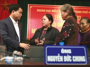 Tin tức trong ngày - Tân Chủ tịch HN nhận hồ sơ của dân ngay tại bàn tiếp xúc cử tri