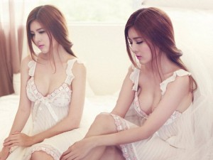 Lilly Luta khoe thân hình mong manh với váy ngủ
