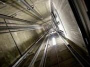 Tin tức trong ngày - Tựa cửa thang máy, nam sinh viên rơi từ lầu 6 tử vong