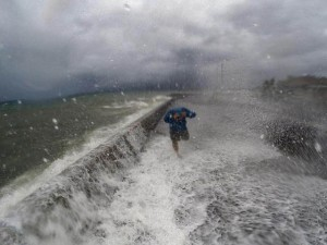 Thế giới - Siêu bão tàn phá Philippines, 3 người chết, triệu người mất điện