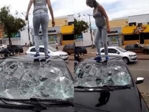 Bạn trẻ - Cuộc sống - Bà bầu đập nát xe ô tô vì phát hiện chồng ngoại tình