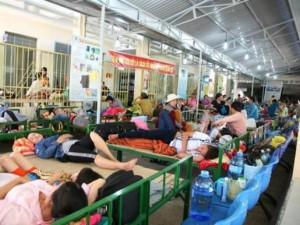 Sức khỏe đời sống - Khánh Hòa: Bệnh nhân sốt xuất huyết nằm tràn sân bệnh viện