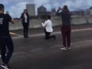 Thế giới - Mỹ: Chặn đường cao tốc đông nhất để dàn cảnh cầu hôn
