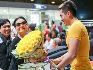 Danh ca Khánh Ly hạnh phúc khi được chào đón tại quê nhà