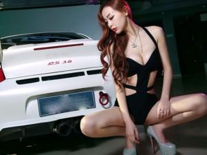 Ảnh người đẹp và xe - Chân dài 'đánh đu' đầy mê hoặc bên Porsche 911 Carrera 4S