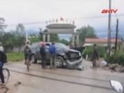 Tin tức trong ngày - Ôtô chết máy trên đường ray, 5 người đạp cửa thoát chết