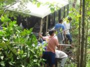 Tin tức Việt Nam - Hơn 2 giờ cứu tài xế xe khách lao xuống kênh