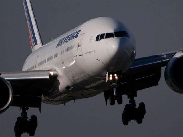 Máy bay chở khách Pháp đang bay thì động cơ phát nổ - 2