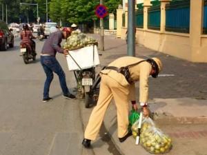 Tin tức trong ngày - Hình ảnh đẹp: CSGT Hà Nội nhặt cam giúp dân