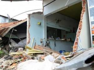 """Tin tức trong ngày - Xe bồn """"ủi"""" sập phần trước 4 căn nhà lúc rạng sáng"""
