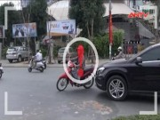 """Clip: Các pha tạt đầu ôtô kiểu  """" tự sát """"  của xe máy"""