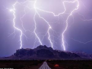 Thế giới - Vẻ đẹp rợn người của bầu trời bão, sét khủng khiếp ở Mỹ