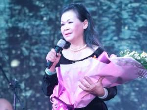 Danh ca Khánh Ly nghẹn ngào hát tại quê chồng