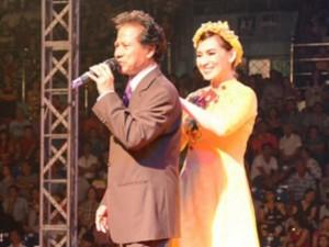 Phi Nhung tình tứ nép sau Chế Linh trước hàng ngàn khán giả